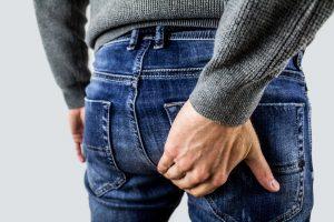 Mann leidet an Inkontinenz