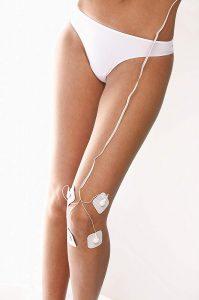 Schmerztherapie mit TENS Gerät am Knie